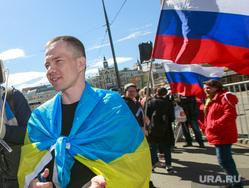 5-ая годовщина Болотной площади. Митинг на проспекте Сахарова. Москва, флаг украины, флаг россии, дадин ильдар
