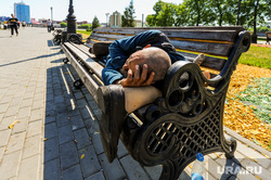 Инвалид с протезом. Челябинск, инвалид, скамейка, протез, лавочка, нога