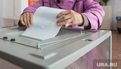 Выборы в ЗСО и МГСД. Магнитогорск, пенсионерка, бюллетени, урна для голосования, выборы 2020