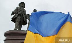 Пикет за мир у памятника Татищеву и Де Генину. Екатеринбург, пикет, флаг украины