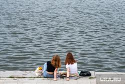 Виды Екатеринбурга, пикник, девушки, набережная городского пруда, отдых, подруги, река, набережная реки исеть