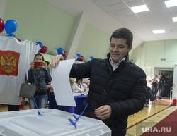 Дмитрий Артюхов и Дмитрий Кобылкин выбирают губернатора Тюменской области, портрет, артюхов дмитрий, урна для голосования
