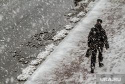 Форум институтов развития. Пленарное заседание. Екатеринбург, снег на тротуаре, снегопад, зима, мокрый снег