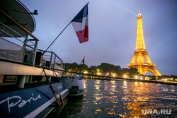 Виды Парижа. Париж, эйфелева башня, париж, сена, баржа, флаг франции, иллюминация, французский флаг
