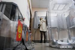 Выборы-2021: 18 сентября. Екатеринбург, избирательный участок, голосование, урна для голосования, голосование вне помещения, кабинка для голосования, уик1310
