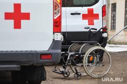 Территории городской больницы 2. Курган, больной, скорая помощь, инвалидное кресло, фельдшер, машина скорой помощи, пациент, пандемия коронавируса, горбольница 2, ковид19