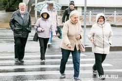 Дождливый день. Тюмень, пешеходный переход, прохожие, пешеходы, пенсия, пенсионеры