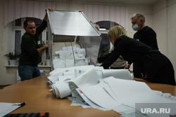 Подсчет бюллетеней после трехдневных выборов в Госдуму. Магнитогорск, избирательная урна, бюллетени, выборы 2021