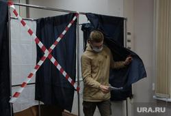 Выборы 2021 воскресенье 19 сентября, голосование и подсчет, ночь выборов. Пермь, голосование, избиратель, кабинка для голосования, выборы 2021