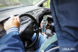 Аварийный знак. Курган, бутылка, руль, алкоголь, дтп, авария, пьяный за рулем, пьяный водитель