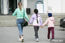 Дети. Тюмень, детская площадка, горка, дети, мама с детьми
