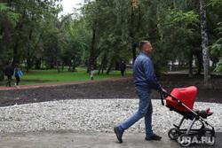 Благоустройство Парка 22 партсъезда. Екатеринбург, парк, парк имени XXII партсъезда, благоустройство, мужчина с коляской, парк 22 партсъезда