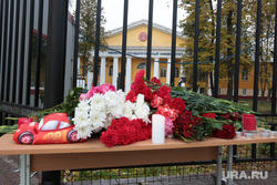 Цветы и свечи у входа в университет, траур. Пермь, свеча, траур, цветы