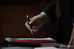 Судебное заседание по уголовному делу бывшего главы Кетовского района Носова Александра. Курган, депутат, чиновник, документы, подписание договора, авторучка, рука, Принятие закона