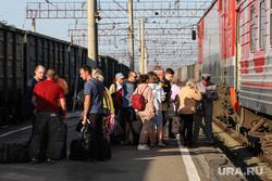 Железнодорожный вокзал. Курган, железнодорожный вокзал, электричка, чемодан, пассажиры, ожидание поезда, багаж, поезд