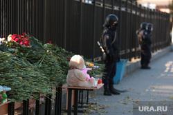 Ректор ПГНИУ Дмитрий Красильников на встрече с прессой. Пермь, игрушки, свечи, траур, цветы, полицейский
