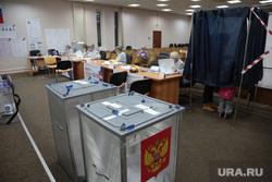 Выборы 2021 воскресенье 19 сентября, голосование и подсчет, ночь выборов. Пермь, урна, избирателный участок, урна для голосования, кабинка для голосования, выборы 2021