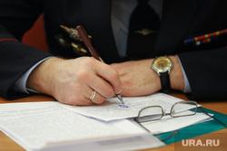 Заседание по проблемам удаленых микрорайонов. Курган, очки, пишет, руки депутата, документы к совещанию