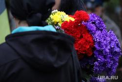 Похороны атамана Попова Валерия. Курган, гвоздики, похороны, вдова, цветы в руках