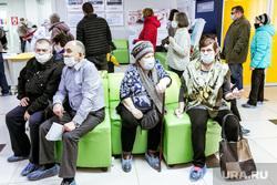 Очередь в поликлинике №5. Тюмень, очередь , люди в масках, пенсионеры, очередь в поликлинике, маска защитная