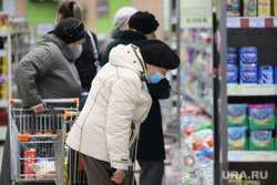 Соблюдение масочного режима в местах скопления людей. Курган, продукты, покупатели, магазин, пенсионеры, тележка продуктовая