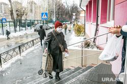 Поликлиника 4. Тюмень, поликлиника, ступени, пациенты, люди в масках, бабушка, пенсионеры, лестница