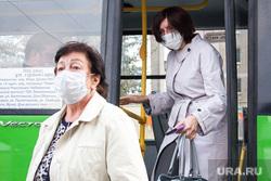 Виды города. Тюмень, транспорт, люди в масках, пассажиры автобуса, женщины в масках