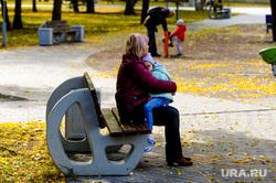 Золотая осень. Бабье лето. Челябинск, сквер, мама с ребенком, парк, бабье лето, золотая осень, природа, бабушка с внуком, осень