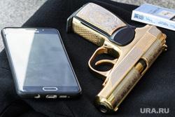 Съемки фильма «Блеф». Екатеринбург, сотовый телефон, пм, пистолет макарова, золотой пистолет