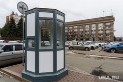 Будка платной парковки на Театральной площади. Челябинск, платная парковка, будка, городская администрация