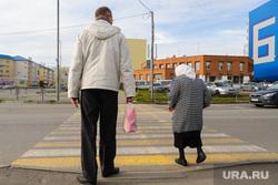 Выездное совещание с главой города по светофорным объектам. Курган, пешеходный переход, старушка, зебра, молодой человек, пенсионерка на дороге
