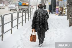 Снегопад, зима. Челябинск, снег, пенсионер, пешеход, снегопад, зима, люди, дорога