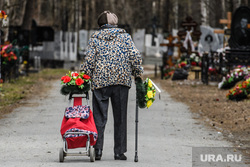 Тридцать второй день вынужденных выходных из-за ситуации с CoVID-19. Екатеринбург, старость, бабушка, похороны, широкореченское кладбище, пенсионный возраст, пенсионная реформа, кладбище
