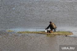 Паводок шоссе Тюнина Курган, рыбак