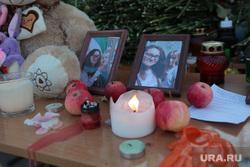 Ректор ПГНИУ Дмитрий Красильников на встрече с прессой. Пермь, игрушки, свечи, траур, цветы