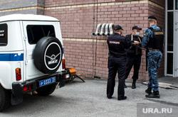 Избрание меры пресечения Виталию Бережному, подозреваемому в убийстве Насти Муравьевой, в Ленинском районном суде. Тюмень, полиция, полицейский автомобиль, оцепление