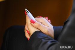 Заседание областной думы. Курган, чиновница, маникюр, женские руки