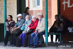 Территория БСМП. Курган, автобусная остановка, пассажиры, люди, пенсионеры, ожидание автобуса, масочный режим