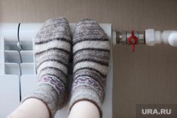 Отопление. Курган, батарея, шерстяные носки, тепло, радиатор, отопление, носки