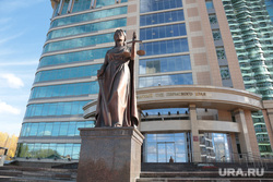 Статуя Фемиды у краевого арбитражного суда. Пермь, фемида, правосудие