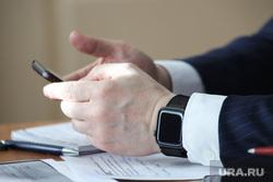 Судебное заседание по уголовному делу бывшего замгубернатора Пугина Сергея. Курган, депутат, чиновник, сотовый телефон, бизнесмен, мобильный телефон, руки