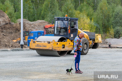 Алексей Текслер осмотрел работы по благоустройству общественных пространств. Челябинск , каток, собака, мужчина, дорога, строительство, стройка