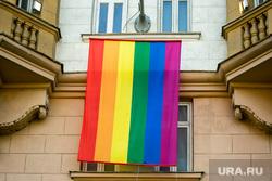 Флаг ЛГБТ на посольстве Соединенных Штатов Америки. Москва, лгбт, флаг лгбт, американское посольство, посольство сша, радужный флаг, сексуальные меньшинства