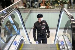 Большая пресс-конференция президента РФ. Москва, торговый центр, эскалатор, тц, полицейский