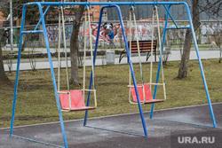 Двадцатый день вынужденных выходных из-за ситуации с CoVID-19. Екатеринбург, детская площадка, качели, противовирусная обработка, белый налет