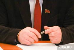 Депутатская комиссия по экономической политике. Курган, кпрф, руки, галстук кпрф, значок кпрф