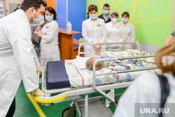 Ирина Текслер передала в детскую больницу наборы для экспресс-тестирования на выявление антигена коронавируса. Челябинск , ребенок, больной, врачи, травматология, детская больница, доктора, пациент, каталка больничная, экстренное отделение