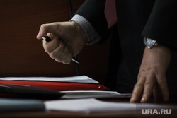 Судебное заседание по уголовному делу бывшего главы Кетовского района Носова Александра. Курган, депутат, чиновник, подпись, подписание, документы, руки, авторучка, шариковая ручка