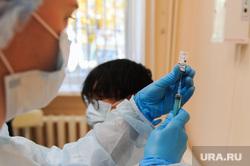 Вакцинация иностранцев от коронавирусной инфекции. Челябинск, укол, прививка, шприц, вакцинация, коронавирус, covid, ковид, спутник лайт