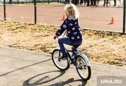 Алексей Текслер осмотрел работы по благоустройству общественных пространств. Челябинск , ребенок, сквер, велосипед, парк, девочка, детская безопасность
